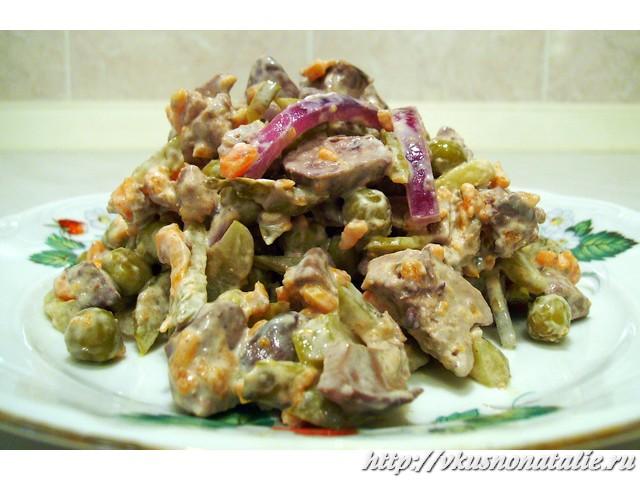 салат с маринованным луком и куриной печенью