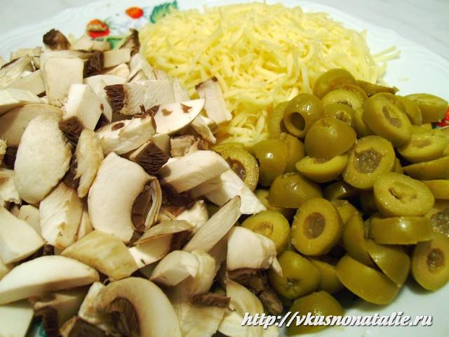 салат с шампиньонами сыром оливками