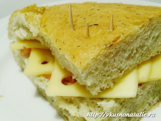 закрытые бутерброды с помидорами и сыром
