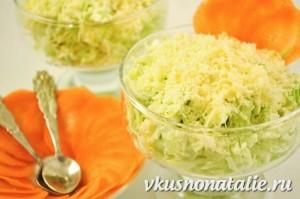 """Салат """"Витаминный"""" из белокочанной капусты – рецепт с изюминкой"""