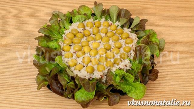 салат из морского коктейля и риса