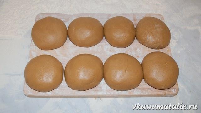 Делаем шарики из теста для коржей